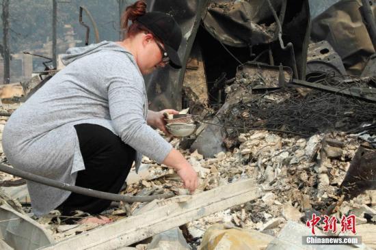 图为美国加州圣塔罗莎市被烧毁的科菲公园住宅区。
