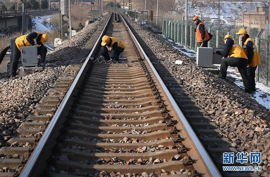 """(图片故事)(1)火车""""电子眼""""的""""保健师"""""""